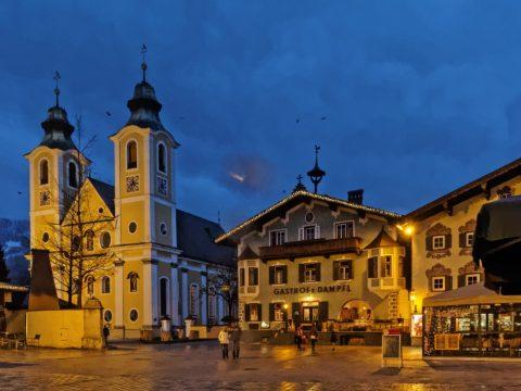Bild: An einem Freitagabend im Februar auf dem Hauptplatz von St. Johann in Tirol. OLYMPUS OM-D E-M5 mit M.Zuiko Digital 12-50 mm 1:3.5-6.3 EZ. ISO 3200 ¦ f/9 ¦ 12 mm ¦ 1/20 s ¦ kein Blitz. Klicken Sie auf das Bild um es zu vergrößern.