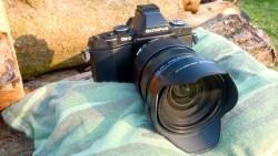 Bild: Die OLYMPUS OM-D E-M5 ist in Verbindung mit dem Zoomobjektiv M.ZUIKO DIGITAL ED 12‑40mm 1:2.8 eine wetterfeste Kamera für gehobene Ansprüche an die Bildqualität. So gewaltig, wie sie auf diesem Foto aussieht, ist die Kombination aus Kamera ohne Handgriff und Objektiv aber nicht.