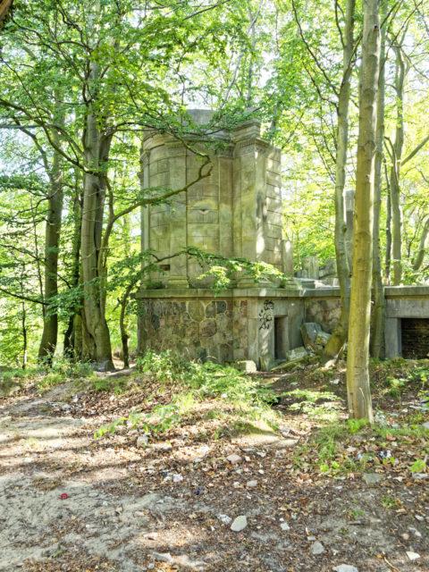Bild: Die Ruinen des Schlosses Dwasieden am Klocker Ufer in der Nähe des Hafens von Sassnitz. Blick auf den nordöstlichen Pavillon des Schlosses. Klicken Sie auf das Bild um es zu vergrößern.