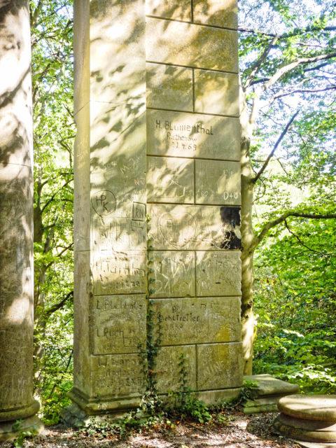 Bild: Die Ruinen des Schlosses Dwasieden am Klocker Ufer in der Nähe des Hafens von Sassnitz. Blick auf den nordöstlichen Pavillon des Schlosses. In den Sandstein sind Inschriften aus verschiedeneren Jahrzehnten eingraviert.. Klicken Sie auf das Bild um es zu vergrößern.