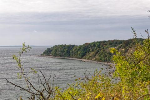 Bild: Blick vom Hochuferweg vom Fischerdorf Vitt zum Kap Arkona auf Vitt. Im Hintergrund ist die Nehrung der Schaabe zu sehen. Die Schwabe ist einer der bekannten Sandstrände auf der Insel Rügen. Klicken Sie auf das Bild um es zu vergrößern.