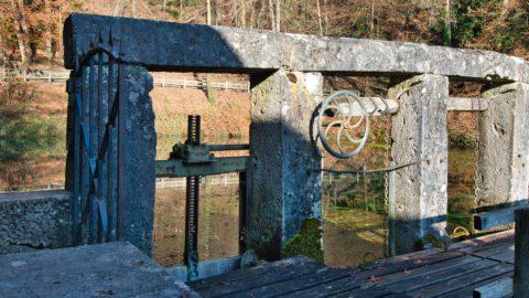 Bild: Am Blautopf in Blaubeuren. Blick auf das historische Wehr an der Blautopfquelle. Klicken Sie auf das Bild um es zu vergrößern.