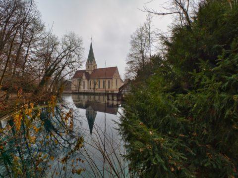 Bild: Skylum Luminar 4. In diesem RAW Konverter lässt sich der komplette Himmel austauschen. Hier das Originalfoto mit dem Blautopf und dem Kloster Blaubeuren bei Hochnebel. der an diesem Tag herrschte. Klicken Sie auf das Bild um es zu vergrößern.