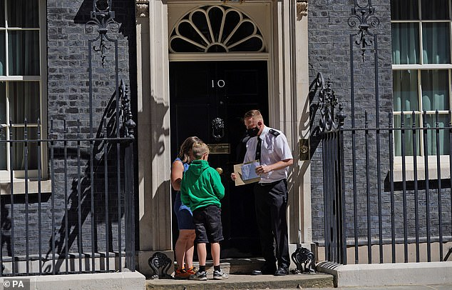 Ilmarie Braun (left) and Thomas Braun (right) handed the policeman a letter in front of house number 10 today.  They call on Prime Minister Boris Johnson to speak to them about the problems of access to medical cannabis in the NHS