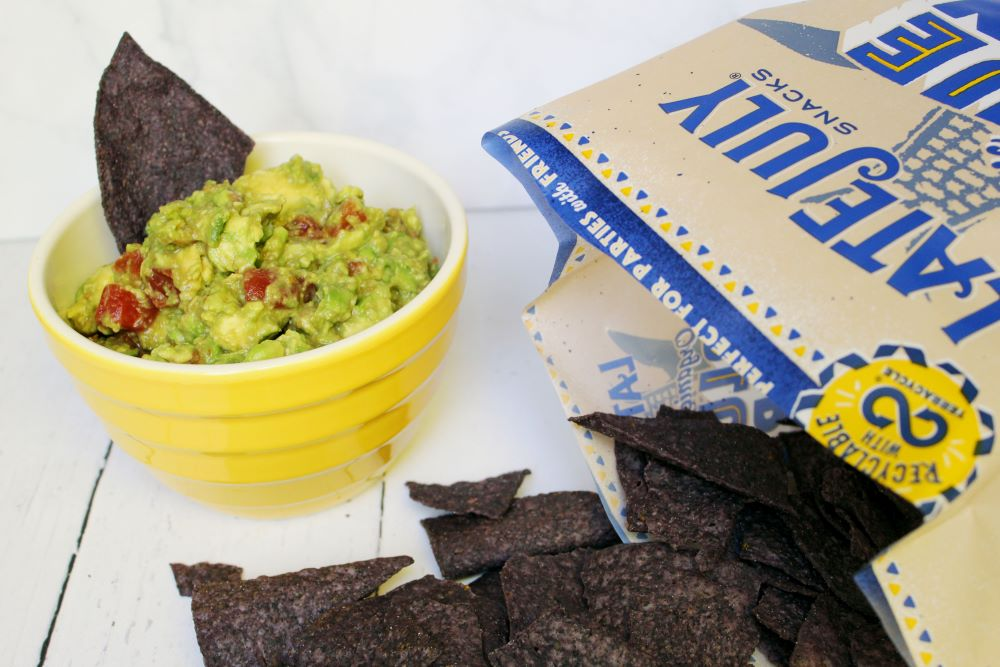 guacamole no onion with spilled chips 1