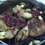 תבשיל עוף בבצל - אמצע בישול והפיכת העוף
