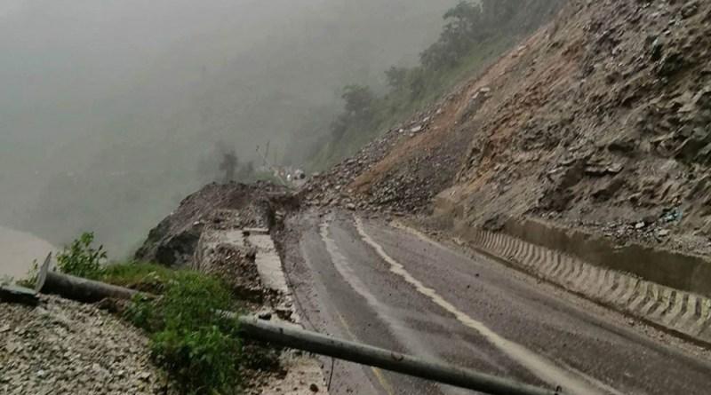 मुन्लिङ - नारायणगढ सडकमा पहिरो, यातायात अवरुद्ध