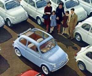 Una tipica famigliola italiana che si sta chiedendo come cazzo faranno a entrare tutti quanti in auto