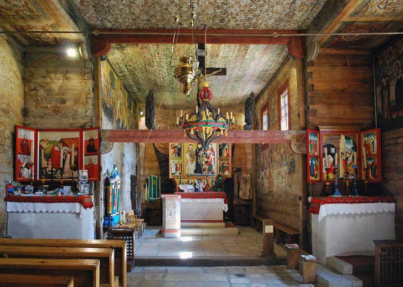 Iz 15. stoljeća su preživjeli dijelovi višebojnih ukrasa na svodu glavnog broda. Crkva se nalazi izvan obrambenih gradskih zidina i služila je kao grobna crkva sve do danas. Obnavljana je više puta, ali nije narušen njen oblik i prostorni raspored.