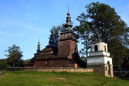 Izgrađena na mjestu starije crkve ima prezbiterij iz 1701., toranj iz 1783. i vestibul iz 1870. god. Izvorno pravoslavna, a danas katolička crkva, predstavlja trobrodnu lemkijsku crkvu s kupolastim tornjevima i ikonostasom iz 18. st.