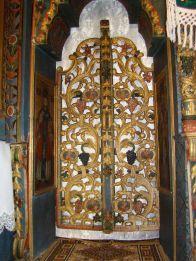 Ova crkva iz 1789. godine pokazuje neke sličnosti s onom u Şurdeşti, poput ravnog krova blago spuštenog prema svetištu, četiri tornjića na osnovi tornja i određeni elementi na vanjskim skulpturama. Lokalni naivni slikar Stefan je oslikao dekoracije na njezinom svodu 1811. godine.