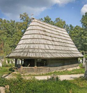 Na seoskom groblju u Rači Kragujevačkoj nalazi se crkva brvnara Arkanđela Mihaela. Povijesni izvor i zapis na brvnu kraj ulaza u hram smještaju izgradnju u 1826./27. godinu. Postojeća građevina predstavlja jedan od najljepših primjera crkvi brvnara. Njezinu jednostavnu ali efektnu arhitekturu odlikuje visok krov pokriven šindrom sa širokom strehom blagog nagiba. Šestokutnoj apsidi na istoku odgovara trijem na zapadnoj strani naosa koga čine četiri stupa spojena parapetima. Arhitektonski ukras sveden je na vrata (sjeverna i zapadna) i rub nadstrešnice. Posebno je ekoriran glavni, zapadni ulaz u crkvu, podijeljen na četvrtasta polja sa rezbarenim rozetama u boji. Unutrašnjost je skromno osvjetljena prorezima u brvnima sa drvenim rešetkama. Oni se nalaze blizu niskog ikonostasa koji je u donjem dijelu bio oslikan biljnim motivom.