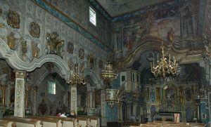 Svojim oblikom crkva se razlikuje od ostalih crkava, iako je građena istom konstrukcijskom tehnikom. Crkva ima tri broda i oblik bazilike, te bogate vanjske baroko-rokoko višebojne ukrase iz 18. stoljeća. Trijem na pročelju je dodan kasnije.