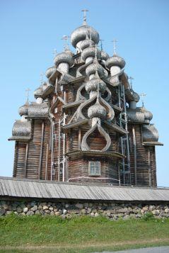 Crkva Isusova Preobraženja izgrađena je 1714. godine unutar palisadnih obrambenih zidina, a ubrzo je dodan i zvonik čime je završeno oblikovanje. Crkva stoji na tri stupa, visoka je 37 metara i ima jedinstvene 22 lukovičaste kupole, zbog čega je često uspoređuju s crkvom Bazilija u Moskvi. U njoj se nalazi kolekcija ikonostasa iz raznih crkava.