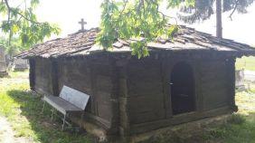 Crkva brvnara sv. Jeremije, nedaleko od Peći, najstarija je crkva ove vrste u Srbiji. Potječe iz 16. ili 17. stoljeća. Crkva je skromnih dimenzija, plitko ukopana i krajnje jednostavno građena. Pravokutn je osnove, s dvostranom apsidom. Krov je nizak, prekriven teškim kamenim pločama. Unutrašnji prostor podijeljen je na pripratu, glavnu crkvu i oltarski dio. Pod je načinjen od nepravilnih kamenih ploča, a tavanica je ravna, daščana. Posebnu pozornost izazivaju dva mala otvora izrezana u talpama u obliku ravnokrakog križa i dvojne šestolisne rozete. Pokretni predmeti danas se ne nalaze u crkvi.