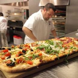 Opt cuptoare de pizza, timp de zece zile, la începutul lui august, în Livada Poştei