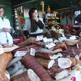 Agapă țărănească în curtea Bisericii Sf. Nicolae: brașovenii pot degusta produse 100% naturale de la producători locali din toată țara