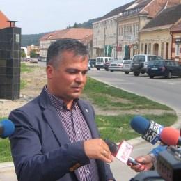 """""""Ţeapă"""" spaniolă la Râşnov. Lucrările de amenajare a parcării şi tunelului subteran au fost abandonate de constructor"""