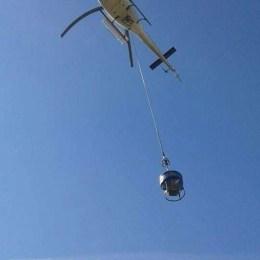 Fotogalerie: 40 de metri cubi de beton, turnaţi din elicopter, la liftul cu cremalieră de la Râşnov