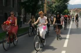 Brașovencele, invitate să facă orașul mai prietenos pentru comunitatea bicicliștilor, pe 27 iulie, la SkirtBike