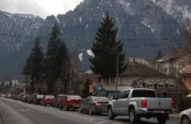 Coloane de maşini de 6 kilometri pe DN1, la Predeal. Traficul este îngrenuat din cauza zăpezii