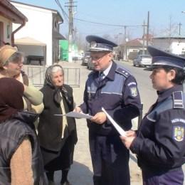 """Bătrânii din Brașov au luat parte la primele """"lecții de viață"""". Aceștia învață cum să se păzească de o nouă metodă de înșelăciune: """"sondajul"""""""