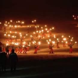 Moș Crăciun va veni în Poiana Brașov în seara de 23 decembrie. El va fi întâmpinat de schiorii profesioniști care vor coborî cu torțele aprinse pe Pârtia Bradul
