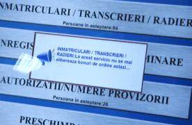 Samsarii de bonuri de ordine de la Înmatriculări și Permise, izgoniți de la rând de către autorități, ținând cont că perturbau activitatea acestor servicii