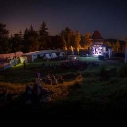 Festivalul de Film și Istorii începe vineri, în Grădina Cetății Râșnov. Filmul 6.9 pe scara Richter deschide evenimentul, în prezența regizorului Nae Caranfil