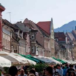 Chiriile de pe Republicii au scăzut cu doi euro pe metru pătrat. Chiar și așa, principala arteră din Brașov rămâne cea mai scumpă din provincie