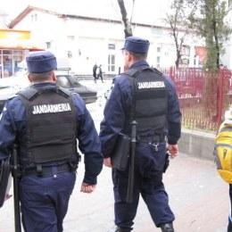 Doi jandarmi brașoveni, loviți în timp ce încătușau trei persoane care atacau trecătorii fără motiv
