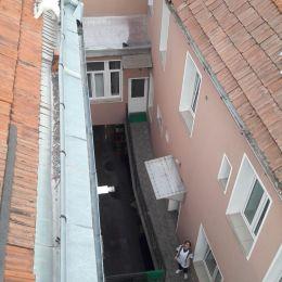 FOTO Pompierii de la Inspectoratul pentru Situaţii de Urgenţă au salvat un câine de pe acoperişul unei case