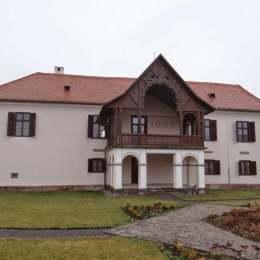 Doi tineri din București și-au cumpărat un castel în Transilvania la preț de apartament și l-au transformat în obiectiv turistic