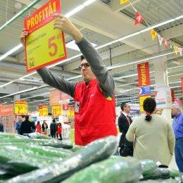 Un angajat aranjeaza un pret, cu ocazia deschiderii celui de al doilea hipermarket Auchan, in Craiova, miercuri, 12 martie 2014. BOGDAN DANESCU / MEDIAFAX FOTO