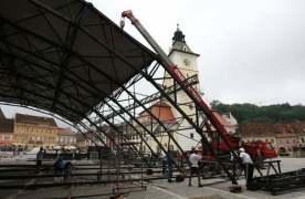 """Zeci de muncitori lucrau la montarea scenei pe care vor urca participantii la Festivalul International """"Cerbul de Aur"""". 15 AUGUST 2009 (STELIAN GRAJDAN ADSBV)"""