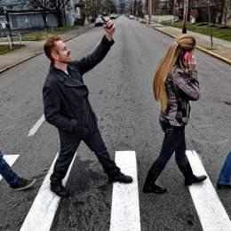 Sfatul polițiștilor: traversați în pas vioi și evitați să vorbiți la telefon pe trecerea de pietoni