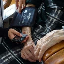 Cele mai învârstă 100 de persoane din Brașov vor primi, gratuit, câte o brățară cu buton de panică. Prin intermediul acesteia vor putea solicita ajutor mai rapid, la nevoie