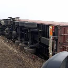 Circulație întreruptă între Cristian și Râșnov, după ce un camion s-a răsturnat