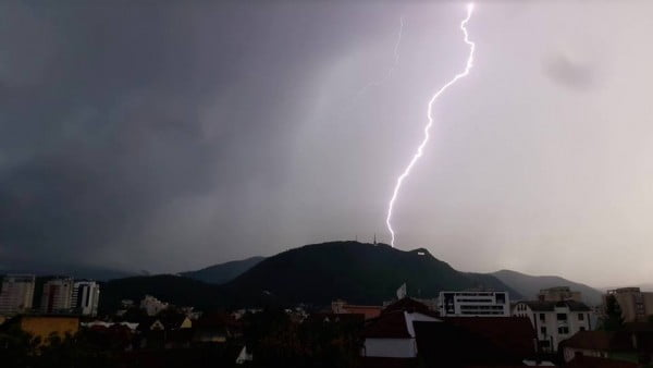 11 localități din județul Brașov intră sub Cod portocaliu de vreme severă imediată: Ploi, descărcări electrice și grindină
