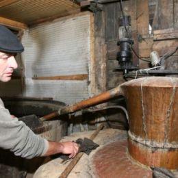 Românii vor să legalizeze fabricarea țuicii acasă. Inițiativa este sprijinită de Ungaria