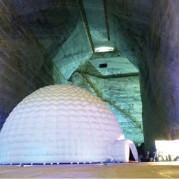 """Vecinii din Prahova ne iau fața cu un planetariu amenajat """"în adâncuri"""". Acesta este mai mare și are o tehnologie mai bună față de cea de la Zoo Brașov"""
