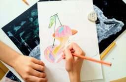 Curs de artă pentru copii ținut de un ilustrator și pedagog brașovean, timp de 36 de săptămâni, la Muzeul Pedagogic