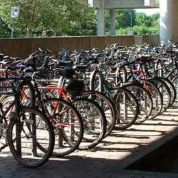 Instituțiile publice, piețele, autogările și stațiile CFR ar putea fi obligate să se doteze cu parcări de biciclete. În caz contrar, amenzile pot ajunge la 4.000 de lei