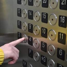 """Sfaturile polițiștilor către elevi, după ce un coleg de breaslă a agresat un copil în lift: """"Nu urcați în lift cu persoane străine"""""""