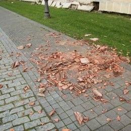 Vântul începe să facă probleme în Brașov: A luat țiglele de pe un bloc și dărâmă un panou publicitar