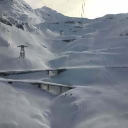 Unul dintre puținele locuri unde mai este iarnă cu adevărat. Cum arată Transfăgărășanul printre nămeți