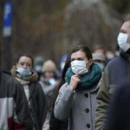 Persoane cu masti chirurgicale participa la un flashmob de protest organizat de fundatia Coalitia de Mediu,  impotriva lipsei de masuri pentru diminuarea poluarii aerului din Capitala, in fata Primariei Generale,  miercuri 12 decembrie 2018, in Bucuresti. ANDREEA ALEXANDRU / MEDIAFAX FOTO