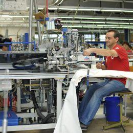 O fabrică de pantaloni de lângă Brașov se închide din cauza pandemiei. Fabrica are 200 de angajați