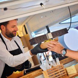 Amis de la Fete, un food truck cu brânză raclette topită şi vinuri franţuzeşti, țintește extinderea pe piața brașoveană