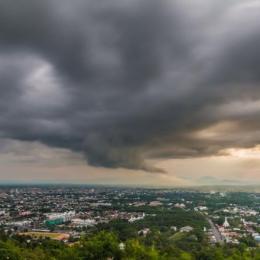 Brașovul, sub Cod galben de ploi, vânt și descărcări electrice, până mâine dimineață